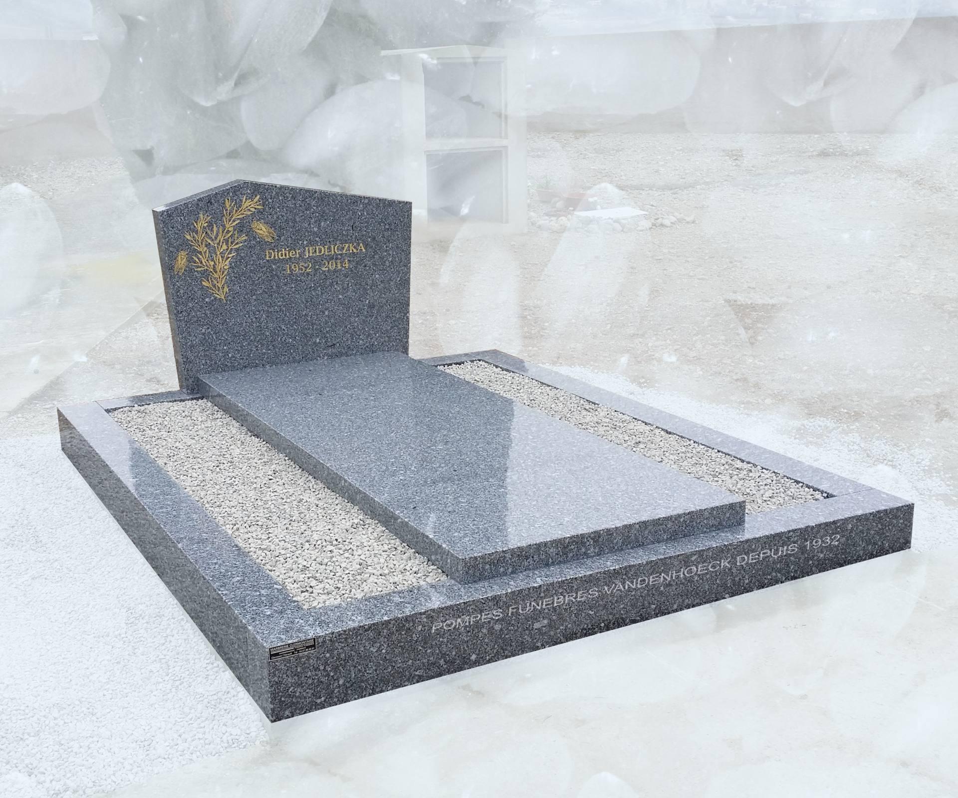pierre tombale sur entourage en granit du tarn